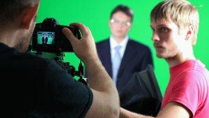 Качественная запись или профессиональная съемка интервью на зеленом фоне хромакей в офисе заказчика.